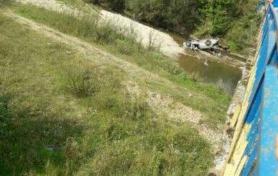 На Львівщині автомобіль впав з мосту в річку, є постраждалі