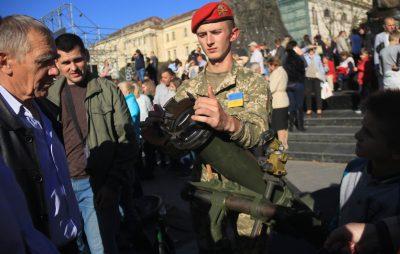 Виставка військової техніки у центрі Львова