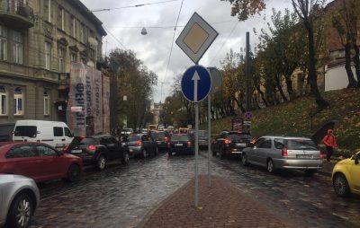 На вулиці Коперника ускладнений рух. Фото Олег Довганик
