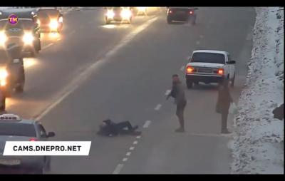 Водій побив пішоходів, які переходили дорогу у недозволеному місці