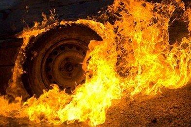 У Львові вночі вогонь ледь не знищив Opel. Фото: відкриті джерела.