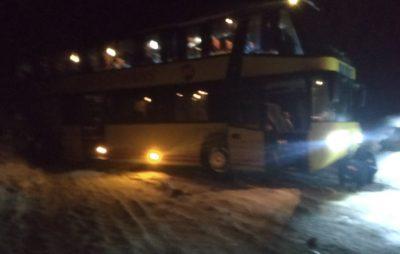 У Старосамбірському районі відбуксирували рейсовий автобус. Фото: Головне управління ДСНС у Львівській області.