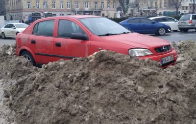 Підлеглі Садового нарешті розпочали прибирати Львів від снігу. Фото: Варта1.