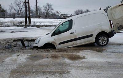 На Львівщині крізь землю провалилось авто. Фото: Варта1.