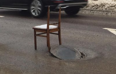 Відкритий люк на вулиці Сахарова. Фото Варта-1