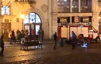 У центрі Львова вибухнула каналізація. Фото: Варта1.