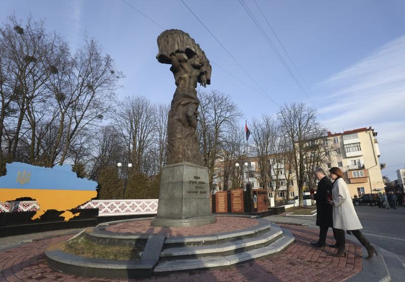 Порошенко з дружиною вшанував пам'ять загиблих шахтарів у Червонограді