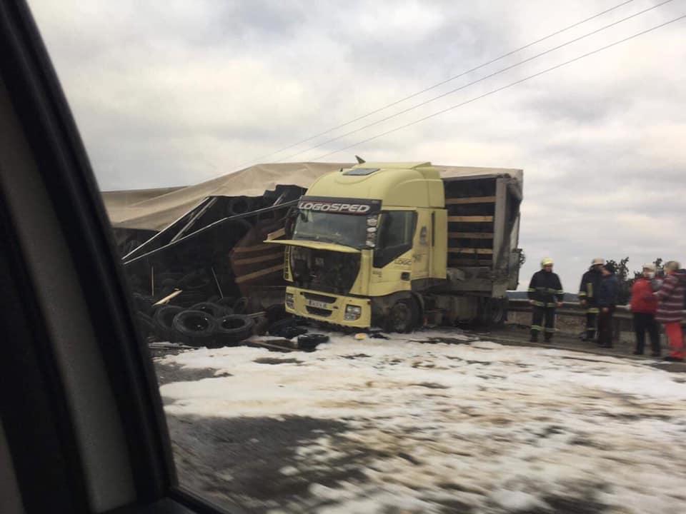 На Львівщині перекинулась вантажівка. Фото Варта-1