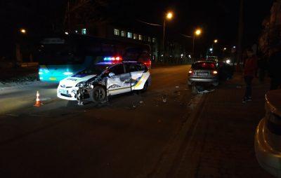 Автомобіль поліції потрапив у аварію. Фото Варта-1