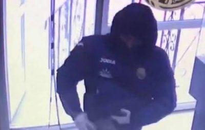 У Львові чоловік у масці намагався побграбувати ювелірний магазин. Фото: Варта1.