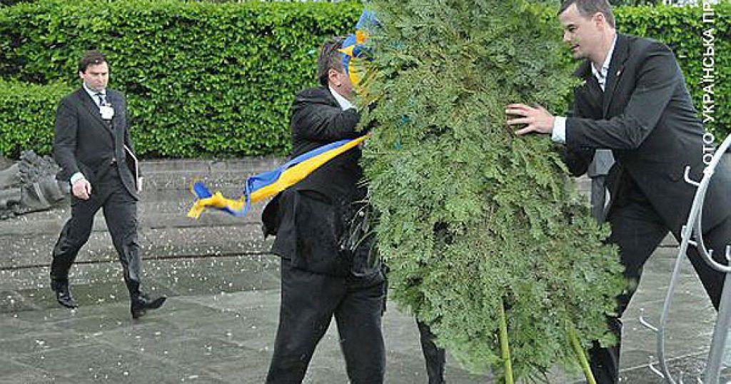 """Сьогодні - річниця, як на Януковича """"напав"""" вінок. Фото: відкриті джерела."""