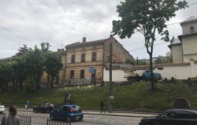 У центрі Львова другий день підряд вирізують дерева. Фото Четверта студія