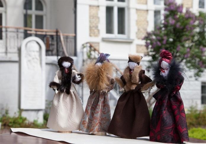 Експозиція виставки авторської ляльки Оксани Смереки-Малик «Оксанина лялька: Образ і слово»