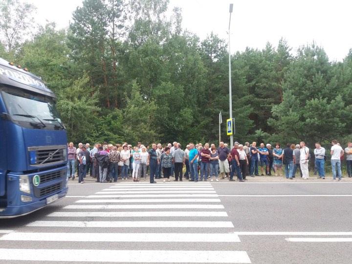 У Новояворівську працівники ТЕС перекрили міжнародну трасу. Фото: 4studio.