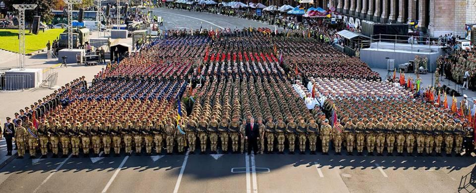 Позбавляти людей можливості віддати шану і повагу армії недалекоглядно, - Порошенко