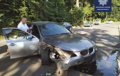 Біля Львова п'яний 21-річний водій розбив свою BMW