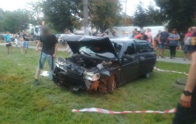 У Львові рятувальники ледь витягнули з машини потерпілого після ДТП. Фото: ДСНС.