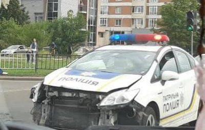 У Львові патрульна поліція потрапила у ДТП. Фото: Варта1.