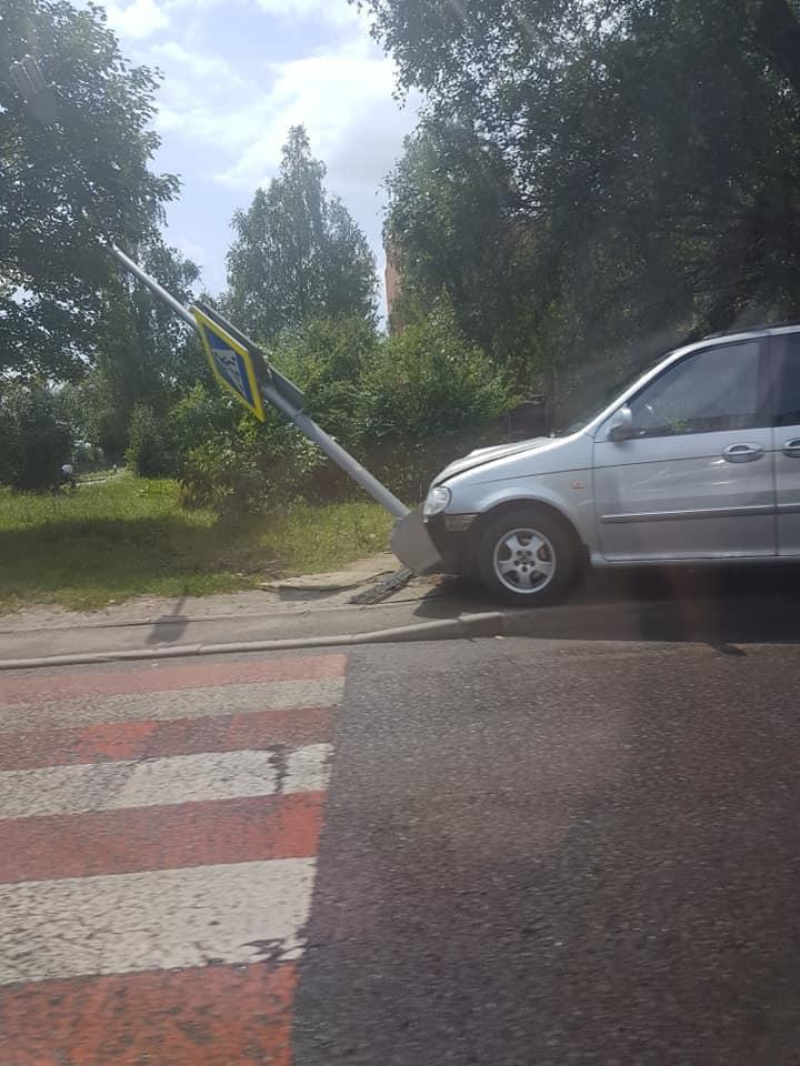 """У Львові автівка врізалась у знак """"пішохідний перехід"""". Фото: Ігор Зінкевич."""