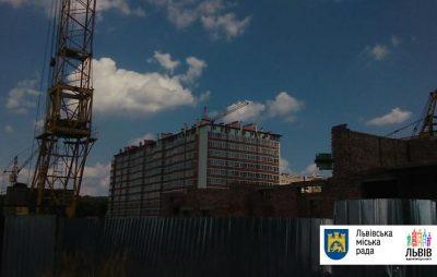 під приміщення міської ратуші вийшли невдоволені мешканці Львова, які придбали помешкання в будинку забудовника