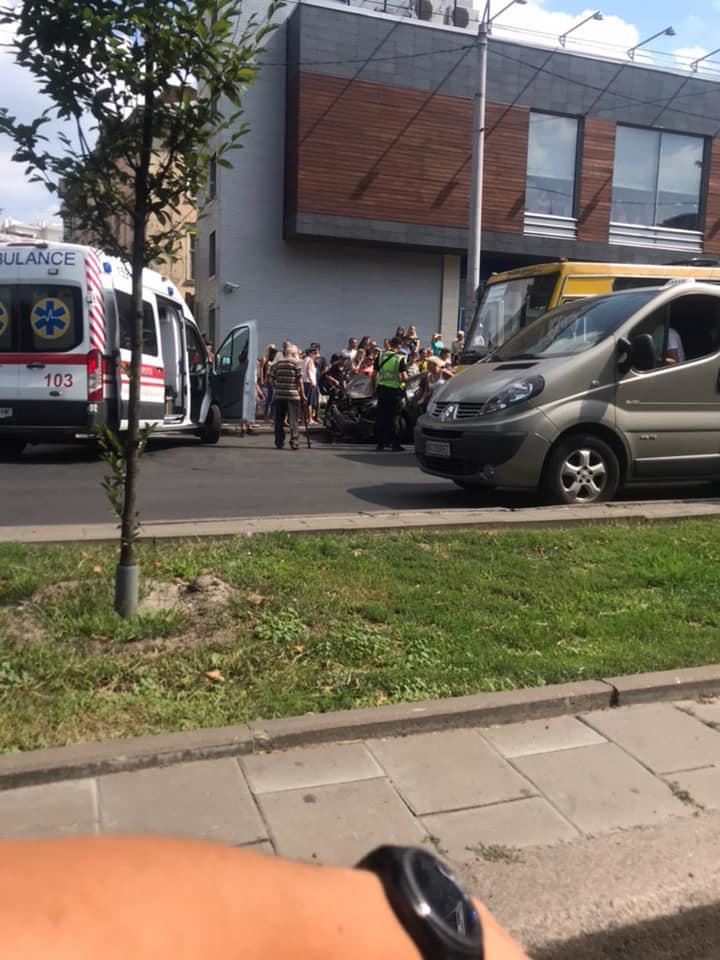 У центрі Львова автомобіль збив жінку і влетів у маршрутку на зупинці. Фото Варта1