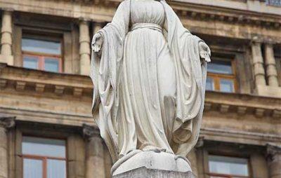 У Винниках осквернили фігуру Матері Божої. Фото: відкриті джерела.