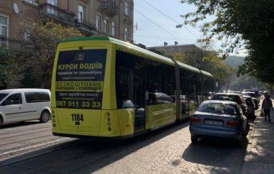 """Водій трамвая у Львові """"посилає"""" жінок. Фото Ірина Снітинська"""