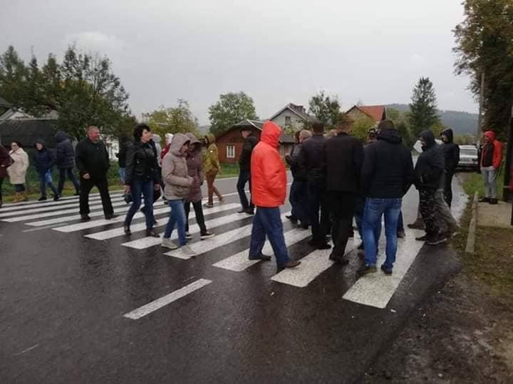 На Львівщині селяни перекрили дорогу