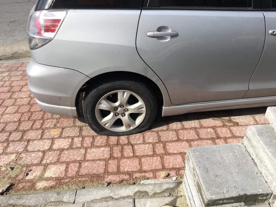 У Львові на Княгині Ольги порізали колеса у автомобілях. Фото Варта1