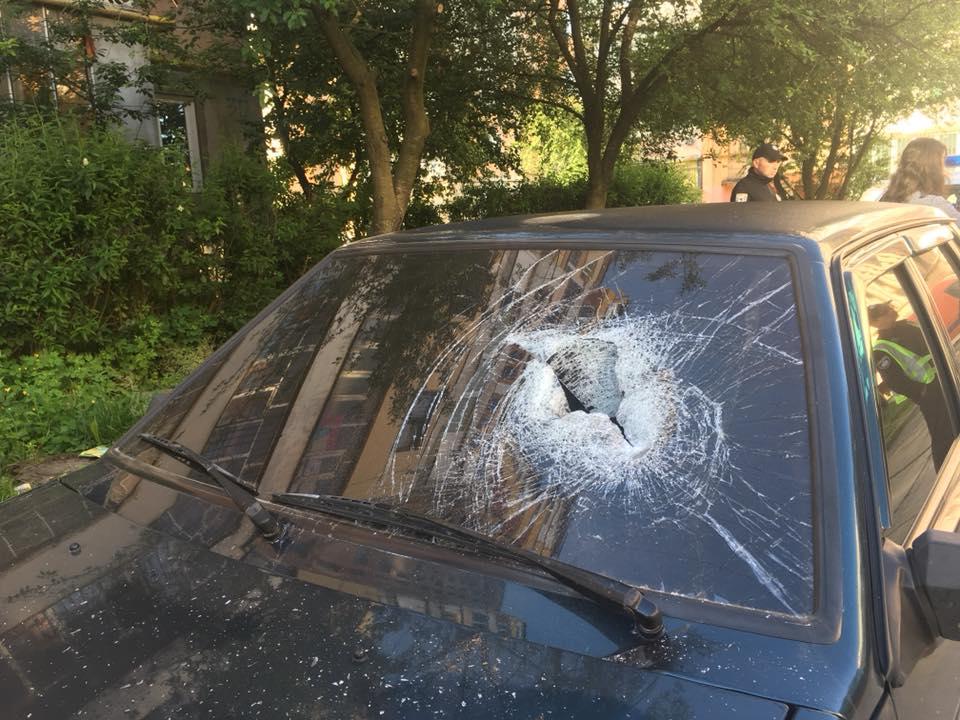 У Львові чоловік битою розбив вікна автівки
