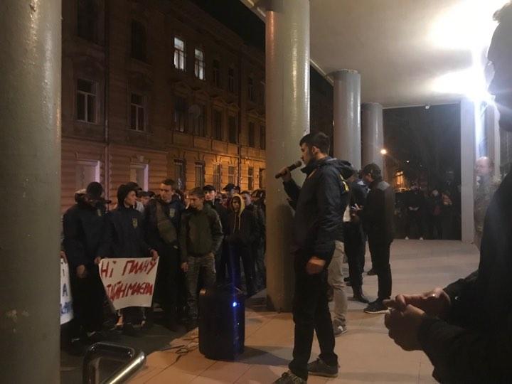 Львів виступив проти капітуляції: пікетують СБУ області. Фото: 4studio.