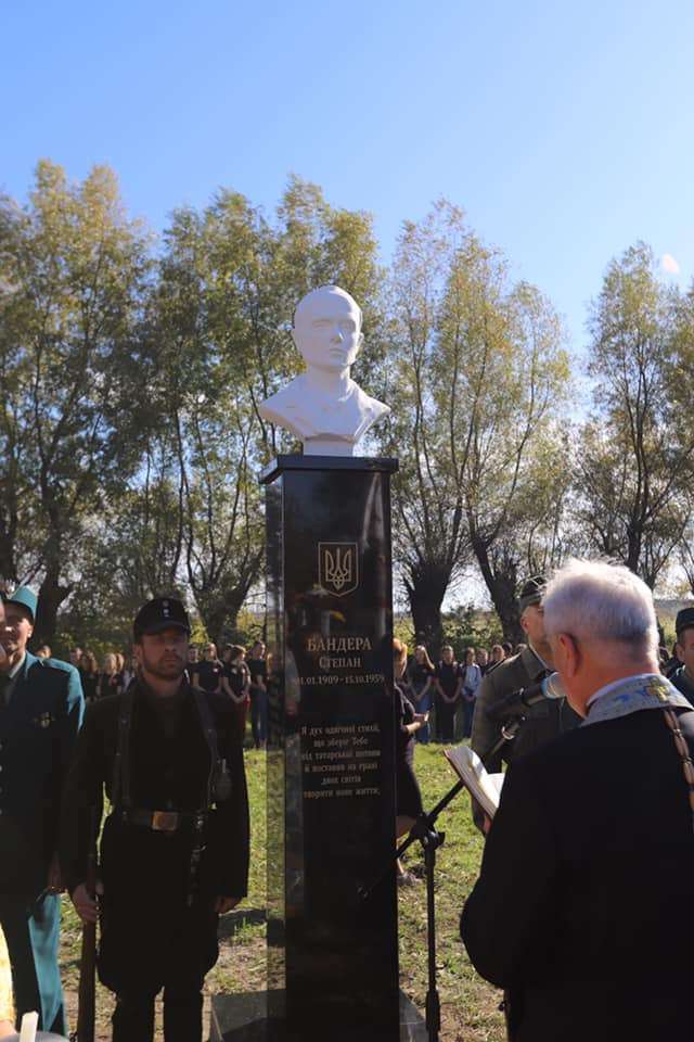 На Львівщині відкрили пам'ятник Герою України Степану Бандері. Фото Олега Синютки