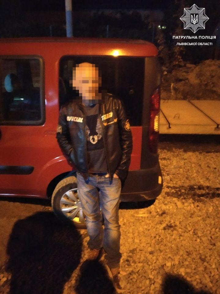 Чоловік влетів автомобілем у бетон на вулиці Замарстинівській. Фото патрульна поліція Львівської області