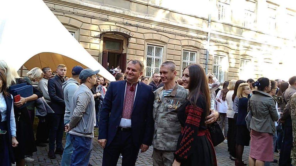 Олег Синютка завітав на неформальне спілкування з українськими воїнами. Фото: 4studio.