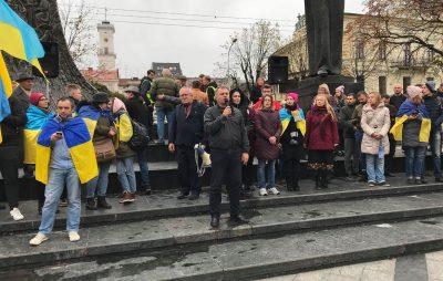 """""""Ні капітуляції!"""": львів'яни масово вийшли на віче. Фото: """"Четверта студія""""."""
