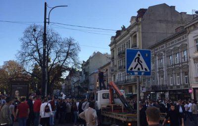 У центрі Львова чоловік опанував евакуатор. Фото: Ігор Зінкевич.