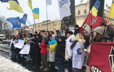 """У центрі Львова триває акція проти звільнення екс-беркутівців. Фото: """"Четверта студія""""."""