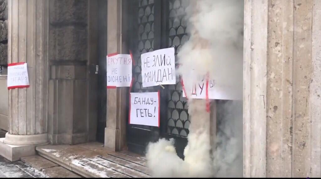Під прокуратуру Львівщини кинули димову шашку