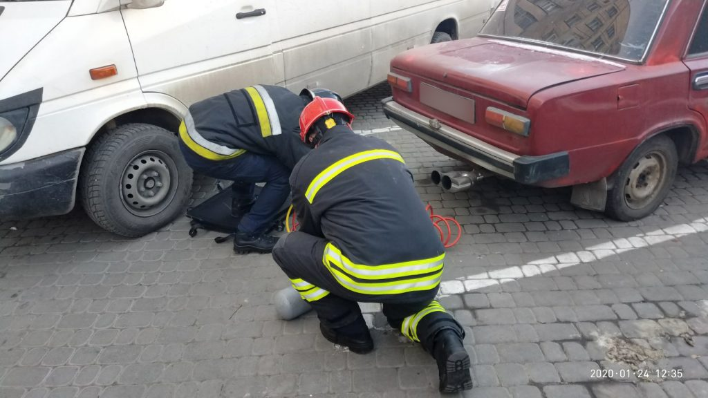 У Львові автівка переїхала пішохода