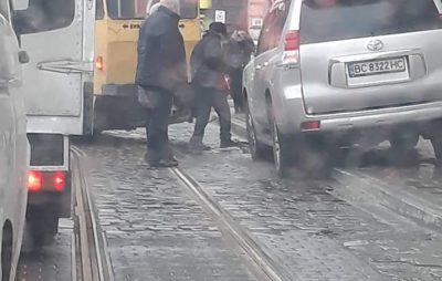 У Львові через ДТП ускладнився рух транспорту. Фото: Ігор Зінкевич.