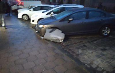У Львові уламки даху будинку обвалились на припарковані автівки. Фото: Ігор Зінкевич.