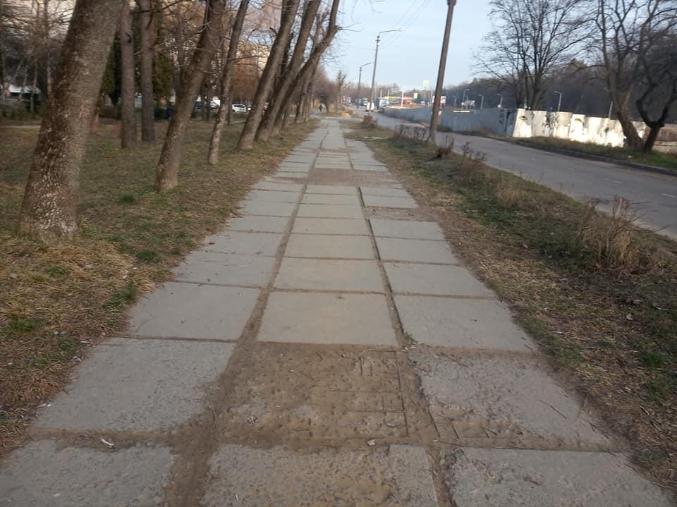 У Новояворівську на тротуарі можна пробити ногу. Фото: Andrew Chikel.