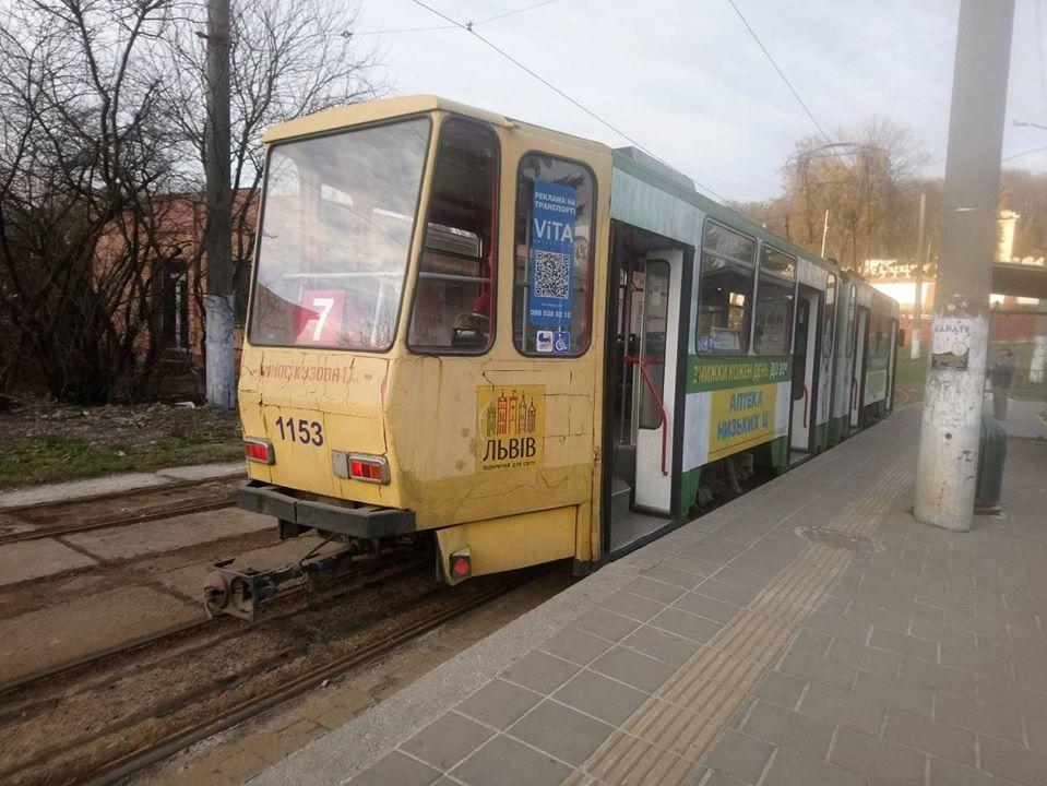 Мешканці Львова у трамваях змушені їздити стоячи через брудні сидіння. Фото: Оксана Шумська.