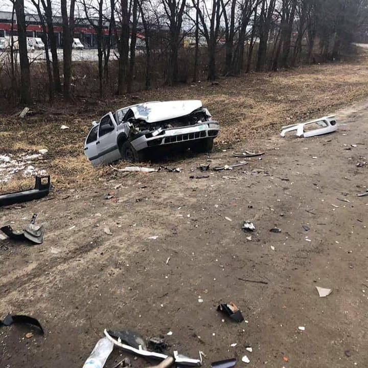 """На Львівщині водій """"BMW"""" влетів у припарковані автомобілі . Фото: Буськ онлайн."""
