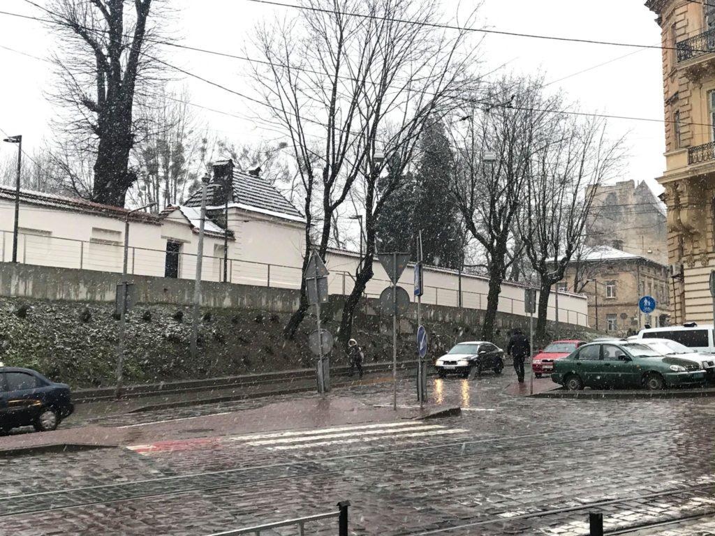 """У Львові випав сніг. Фото: """"Четверта студія""""."""