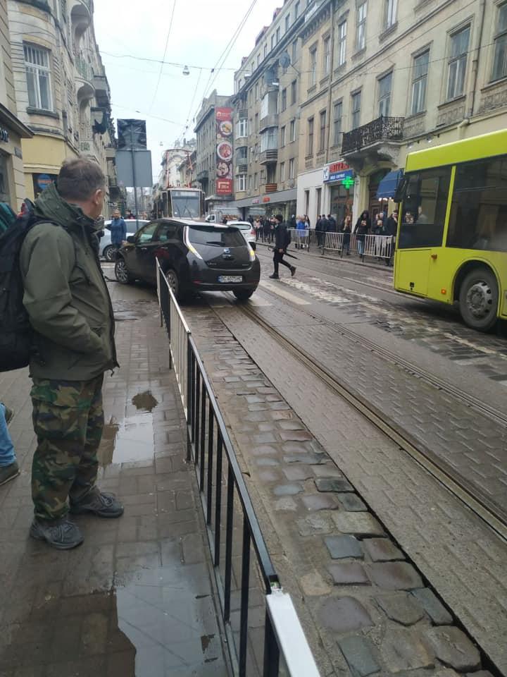 У Львові автомобіль вилетів на тротуар. Фото: Ігор Зінкевич.