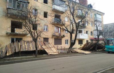 У Дрогобичі буревій зруйнував огорожу аварійного будинку. Фото: Галицькі новини.