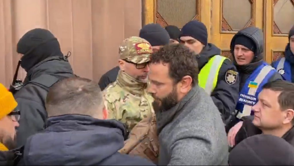 """Активісти заганьбили депутата """"Слуги народу"""" Дубінського. Фото: відкриті джерела."""