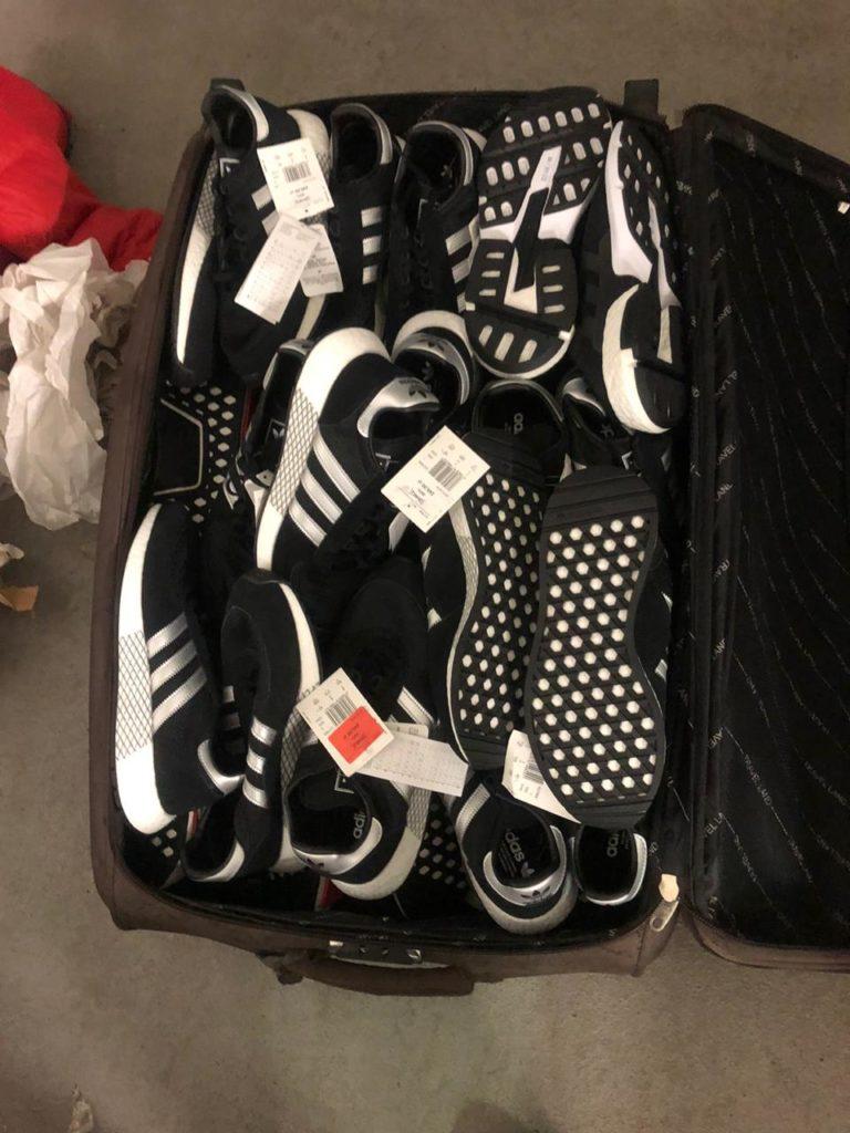 Водій рейсового автобуса намагався провезти з Польщі 70 пар контрабандного взуття