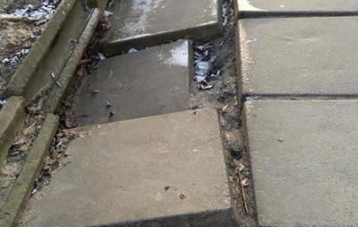 У Львові на тротуарі утворюється провалля. Фото: Роман Лагоцький.